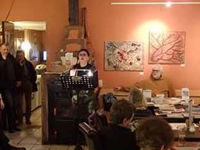 Monika Grill liest an einem Podium