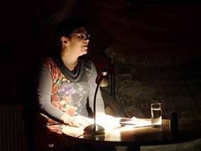 Monika Grill steht am Podium und spricht