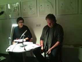 Monika Grill und Fan sitzen bei einem Tisch